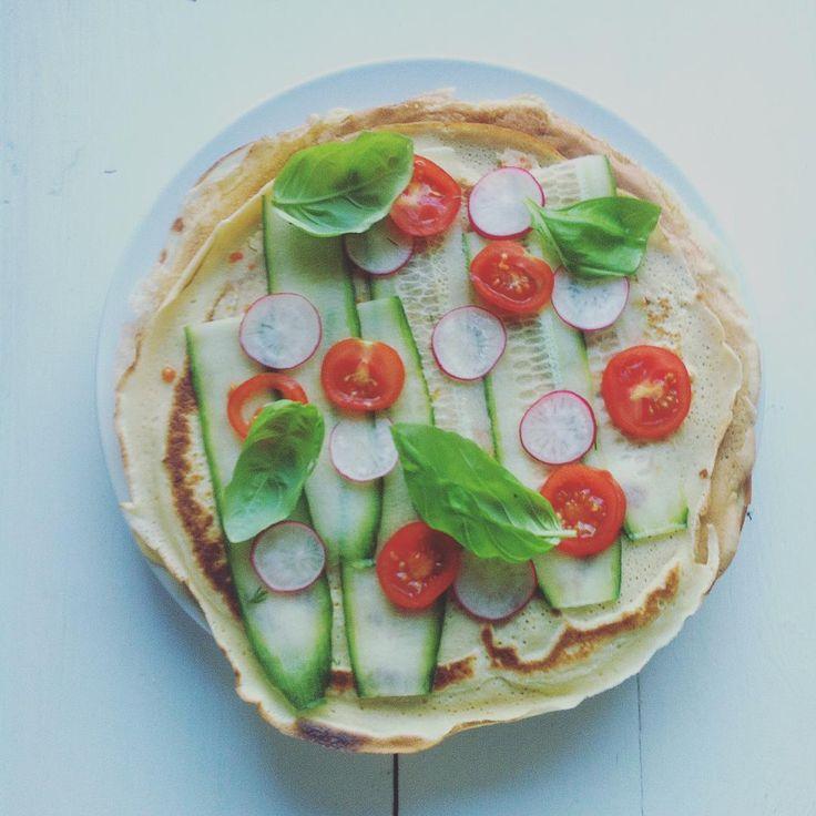 Rolowanie na sniadanie :) #pancakes #natchniona #vegetarian #hummus #tomato
