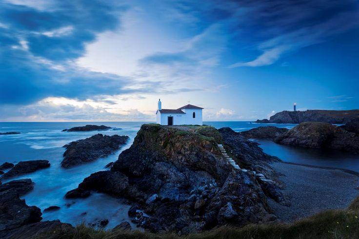 Ermita de la Virgen do Porto & el Faro de Frouxeira en Meirás, Valdoviño. #ACoruña #galicia #spain