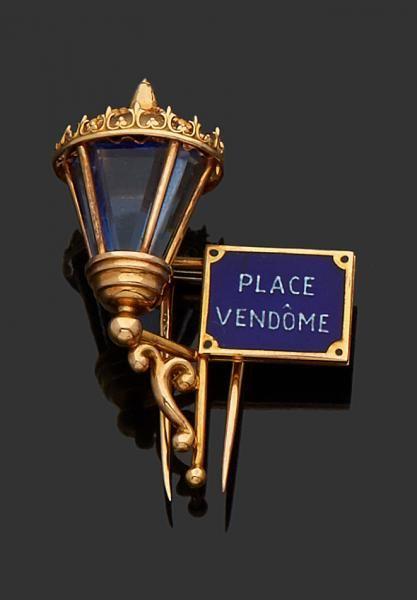 Mauboussin Broche en or jaune 18K (750) stylisée d'une lanterne sertie de pâte de [...], Bijoux, Montres, Objets de vitrine, Miniatures, Eventails et Orfèvrerie à Delon-Hoebanx | Auction.fr