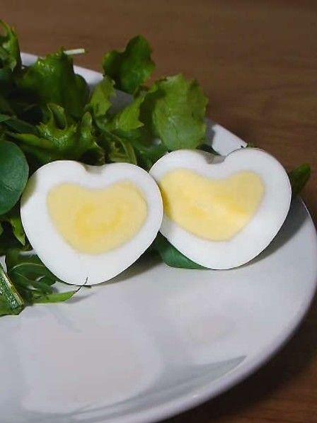 Überraschen Sie Ihren Partner zum Frühstück mit einem gekochten Ei, das die Form eines Herzens hat. Wir zeigen Ihnen, wie es geht!