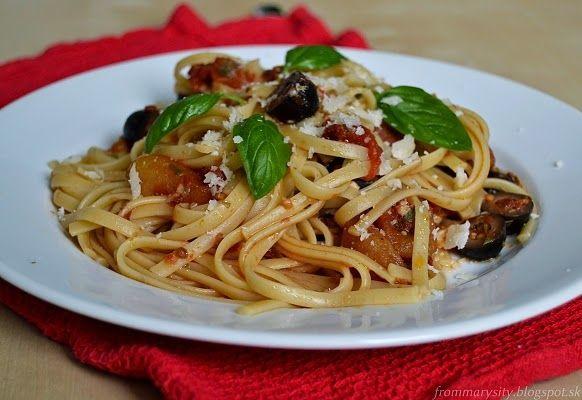 Cestoviny s pikantnou paradajkovou omáčkou a olivami