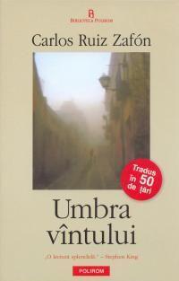 """Barcelona, 1945: intr-o dimineata cetoasa, domnul Sempere isi duce fiul la Cimitirul Cartilor Uitate, o cladire impunatoare si veche, plina de volume ale unor autori necunoscuti sau uitati. Potrivit traditiei, cine intra pentru prima oara trebuie sa adopte o carte. Daniel se simte atras de """"Umbra vintului"""" de Julian Carax, un roman misterios pe care il citeste in aceeasi noapte dintr-o suflare. In anii urmatori, Daniel se pomeneste implicat intr-o serie de intrigi si de crime."""