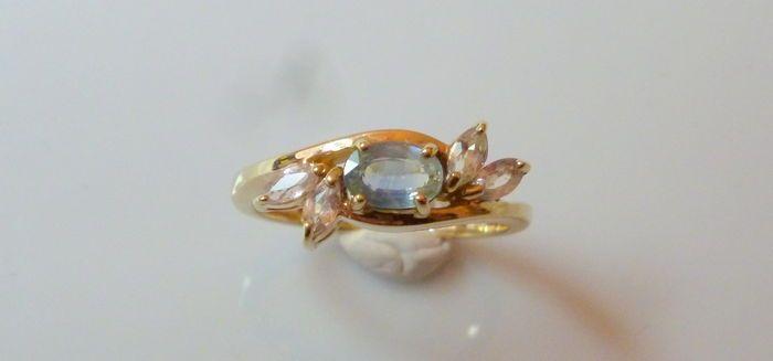Geelgouden ring met blauwe en roze saffier