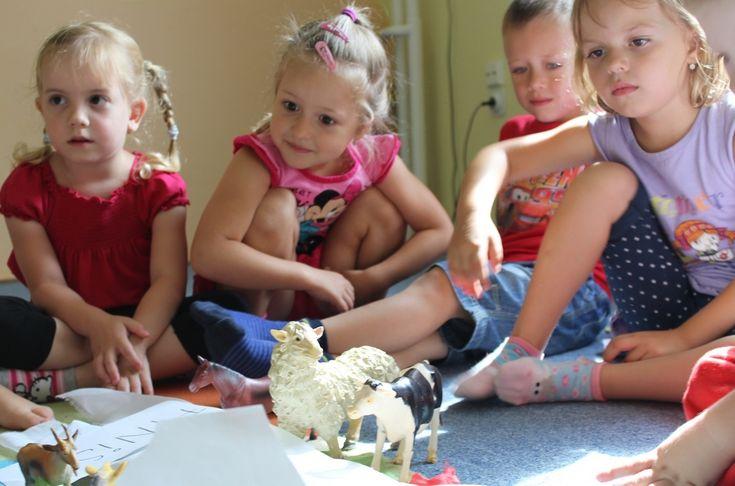 Podľa mňa by sa aj deti už mali učiť angličtinu :)  http://www.bilingvi.sk/anglictina-pre-deti