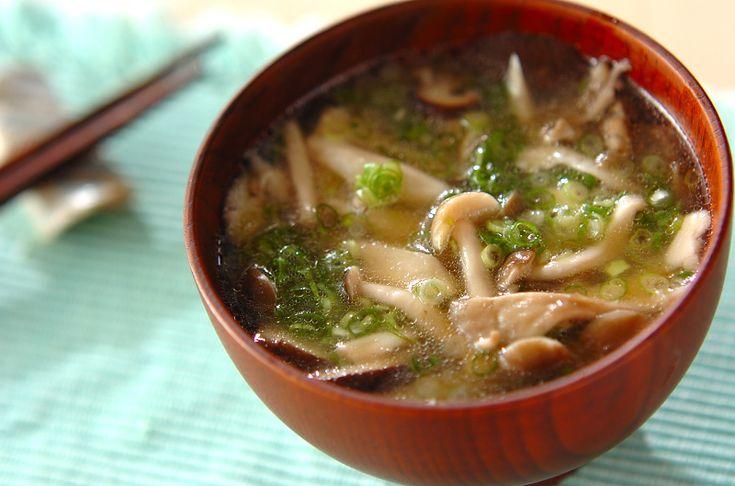 キノコを炒めてからだし汁を加える事によって、キノコの旨味が凝縮されます。炒めキノコのみそ汁[和食/汁もの・椀もの]2011.10.10公開のレシピです。