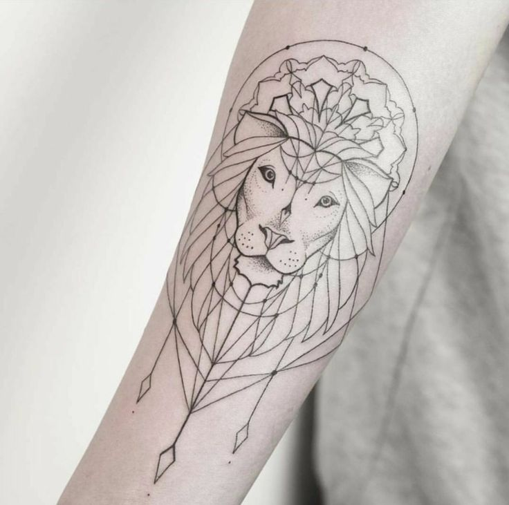 minimalistisches und schönes Löwen Tattoo mit #mandalas und Traumfänger