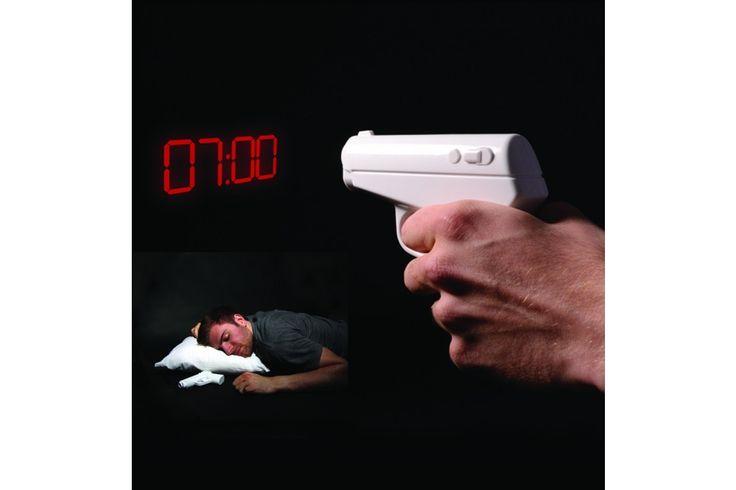 Secret Agent Alarm Clock van Thumbs Up  Stel je wapen in op de tijd dat je wakker gemaakt wilt worden en leg het wapen onder je kussen. Als het eenmaal tijd is zal het wapen hard trillen, dus geen last van harde toeters en bellen! #cadeau #mannen #sinterklaascadeau #kerstcadeau #wekker #trilwekker #thumbsup #verjaardagscadeau #vaderdag
