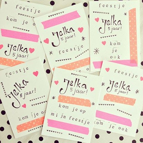 Zelfgemaakte uitnodigingen met stempels en stickers