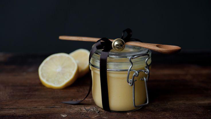 Lemon Curd 3 stk egg 250 g sukker 21⁄2 dl sitronsaft 100 g romtemperert smør , i terninger finrevet skall fra 3 stk sitron