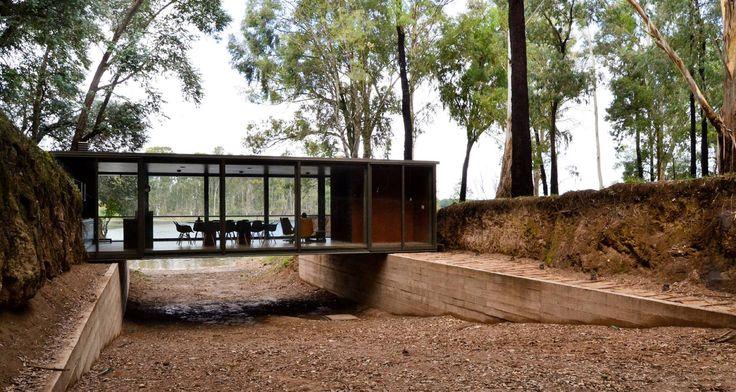 Construído pelo alarciaferrer arquitectos na , Argentina na data 2014. Imagens do Lucas Carranza . Situado num bosque nas margens do lago Los Molinos, este espaço de uso múltiplo responde à necessidade desatisfazer ...