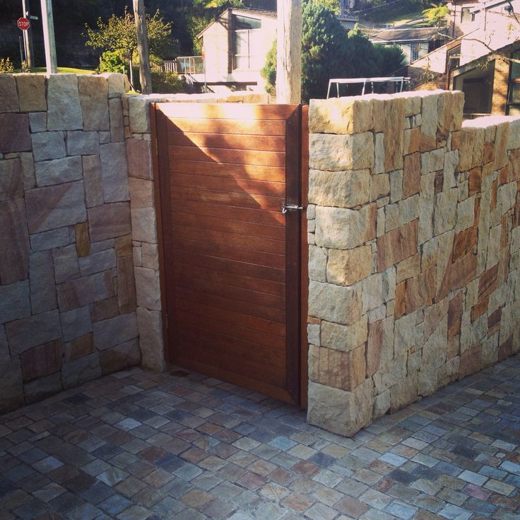 Killcare stone cladding with Cobb & Co cobbles, both from Eco Outdoor. Merbau gate. #sandstone #cobbles #merbau #benbylettlandscapes #landscapedesign