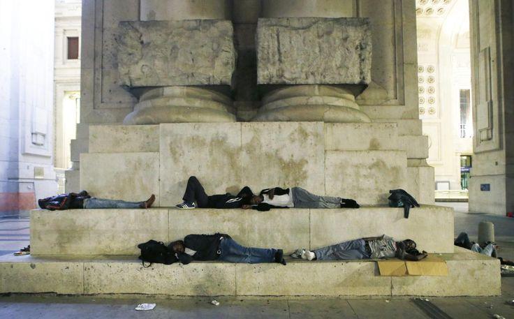 12.06 Des migrants dorment près de la gare de Milan, en Italie.Photo: Luca Bruno