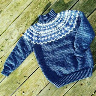 Jeg har strikket en dejlig varm trøje til ældstemand. Den bliver god under flyverdragten 😊 kan vi så snart få noget sne? 🤔 Garn er #mayflowerknitting #easycare og mønster er fra Charlott Pettersens bog drengestrik. #charlottpettersen #strik #strikke #strikket #knit #knitting #garn #yarn #allyouknitislove