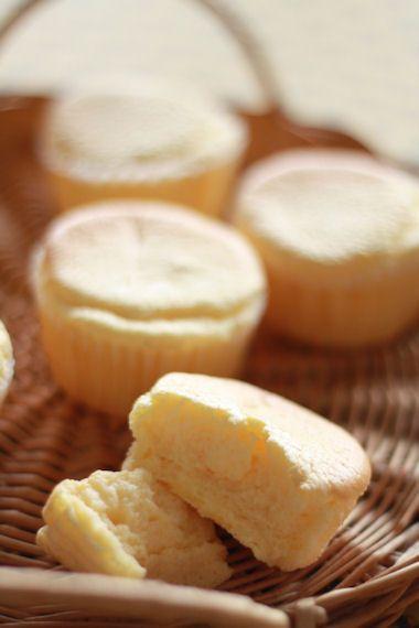 ふわんふわんの春のおかし。 チーズスフレマフィンです。 スフレタイプのチーズケーキをマフィン型で小さく焼くのは、焼き時間が短くしぼみにくいので...