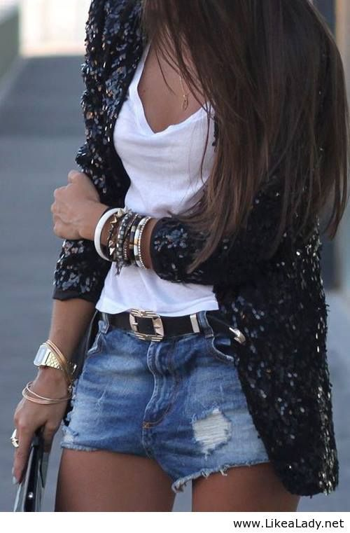 Den Look kaufen:  https://lookastic.de/damenmode/wie-kombinieren/sakko-traegershirt-shorts-guertel-uhr-armband/5466  — Blaue Jeansshorts mit Destroyed-Effekten  — Goldene Uhr  — Schwarzer Ledergürtel  — Goldenes Armband  — Weißes Trägershirt  — Schwarzes Paillettesakko