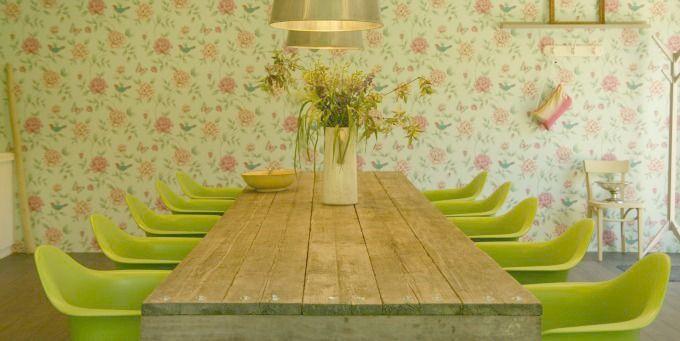 Hoe leuk is dit? Vergaderruimte met bloemetjesbehang!