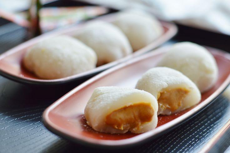 Habt ihr schon einmal Mochi gegessen? Mochi ist eine japanische Süßigkeit, die mit Reiskuchen übersetzt wird, aber relativ wenig mit einem Kuchen, so wie wir ihn kennen, zu tun hat. Hier ein Mochi-Rezept mit Erdnussbutter!