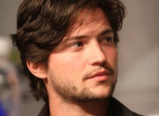 Series star Thomas McDonell (Finn on THE 100) at the new show's panel session #WBSDCC (©2013 WBEI. All Rights Reserved.)