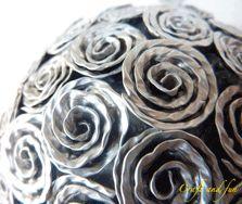 Palline decorate con roselline realizzate con riciclo creativo di capsule nespresso