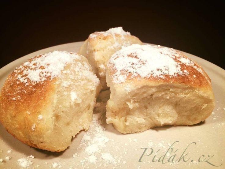 POTŘEBNÉ PŘÍSADY:  Těsto:  500g polohrubé mouky 2dl mléka 100g cukru 2 žloutky 50g másla 30g čerstvého droždí špetka soli máslo na vymazání pekáčku a pomaštění buchet hladká mouka na vál   Plnka: Tvaroh Žloutek Cukr moučka Rozinky   POSTUP PŘÍPRAVY:  Droždí rodrobíme do hrnečku, přidáme trochu cukru a zalijeme vlažným mlékem.
