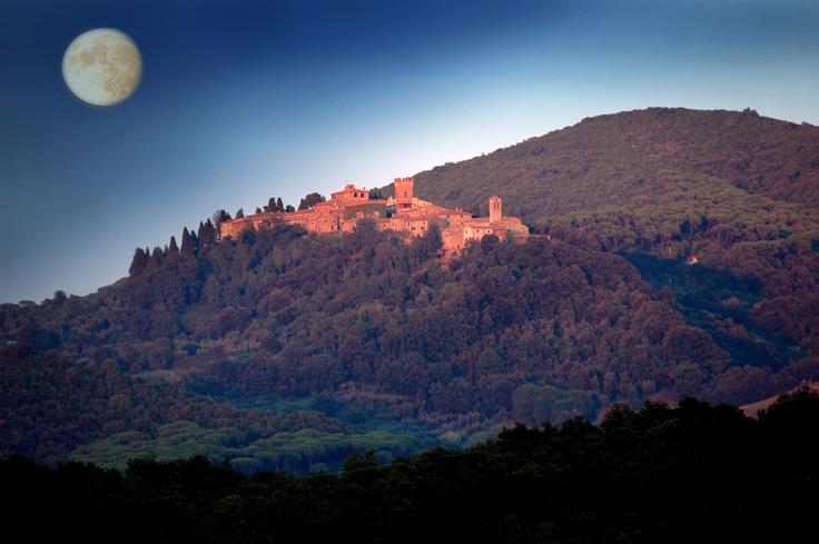 La luna su Querceto. Foto di Rita Dollmann.