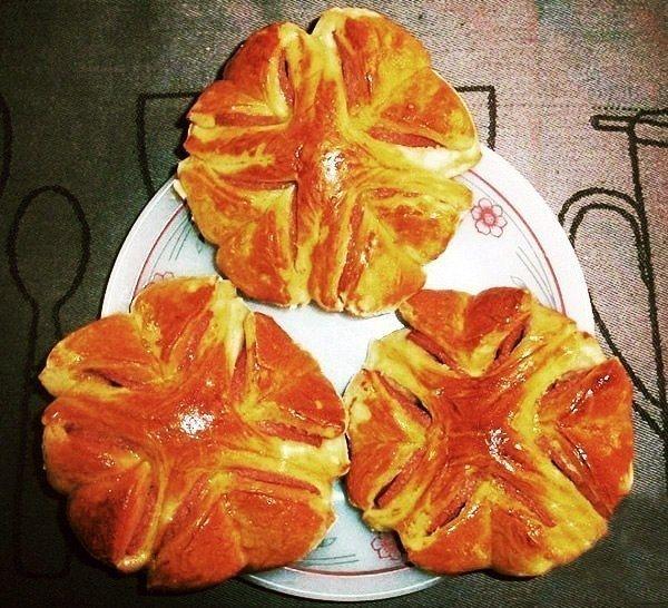 Фото к рецепту: Колбасные цветочки