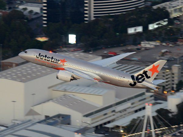 The wing flex on this Jetstar Airways Boeing 787 is amazing! - wikimedia