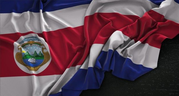 Bandera de Costa Rica arrugado sobre fondo oscuro 3D Render Foto Gratis