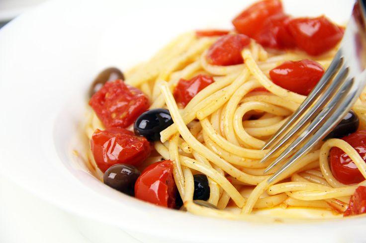 Spaghetti con pomodorini e olive taggiasche