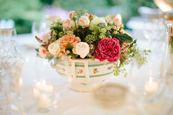 flowers in a vintage tureen // photography: studio magenta http://weddingwonderland.it/2015/05/matrimonio-vintage-lago-di-varese.html