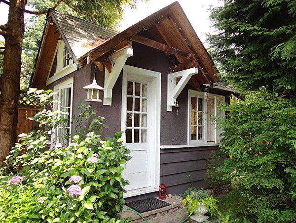 gartenhaus ideen weiße Fensterrahmen und Tür und graue Wände