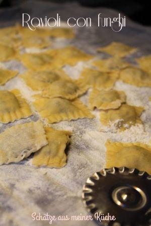 Bislang gab es schon einige Pasta-Gerichte, jedoch fehlt noch ein ganz wichtiges Rezept aus meiner Sammlung! Denn ich liebe gefüllte Pasta!! Ob Cannelloni oder Ravioli, egal – denn auf die Füllung kommt's an! Unwiderstehlich sind diese Pilzravioli, die ich euch … weiterlesen →