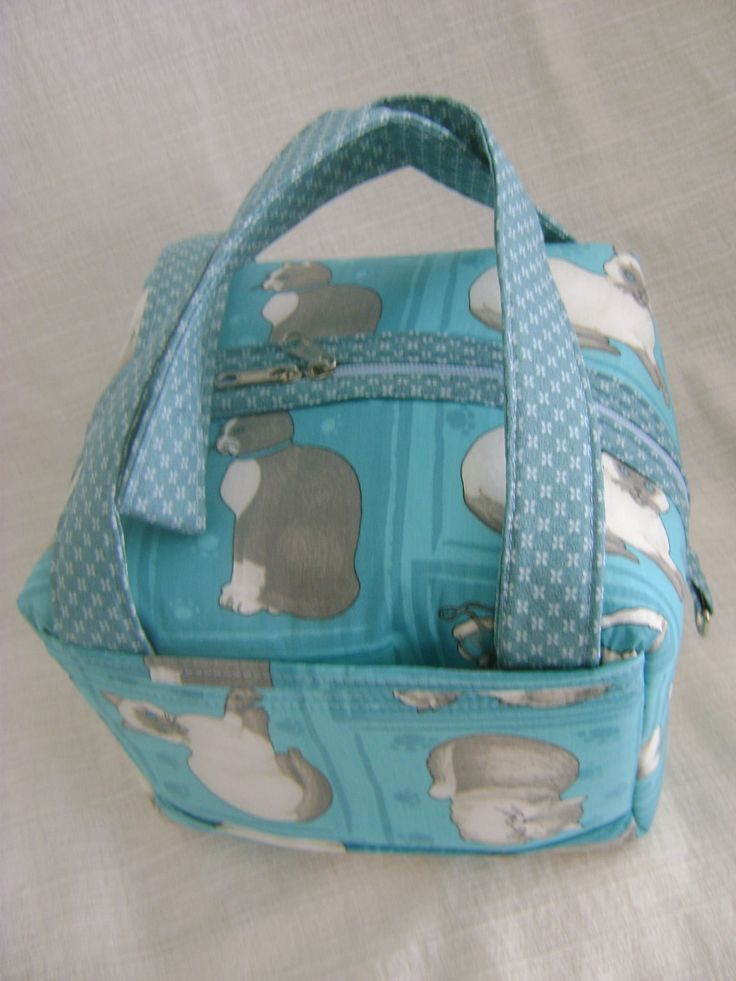 Lunch Bag ou Lancheira térmica feita tecido 100% algodão e forrada com tecido térmico. Fechamento com zíper. <br> <br>Mede aproximadamente 20cm de largura, 15cm de altura e 17cm de profundidade.