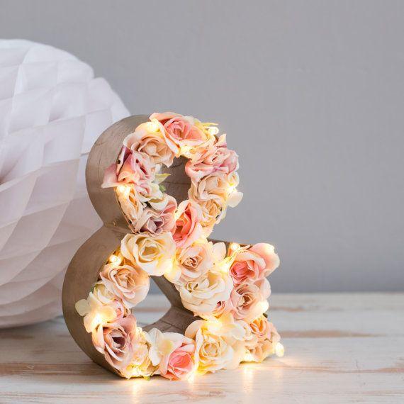 Decora tu boda con letras de madera adornadas con flores. Te lo explicamos en tu blog de bodas favorito.