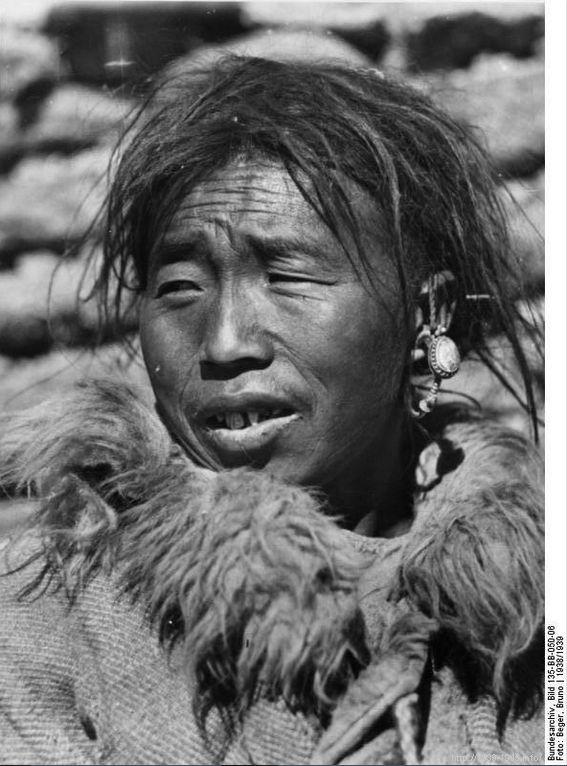 File:Bundesarchiv Bild 135-BB-050-06, Tibetexpedition, Tibeter.jpg Title Tibetexpedition, Tibeter Original caption bei Dochen, Tibeter mit Gesichtszügen, die an ostsibirische Völker erinnern Depicted place Tibetexpedition