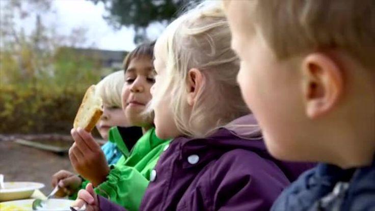 Rutinepædagogik handler om, at benytte de daglige rutiner aktivt i den pædagogiske praksis.UCC's forsker Søren Smidt og praktiskerende pædagoger fortæller i...