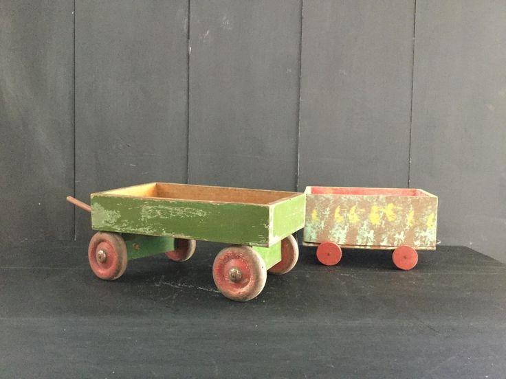 Jongens en hun speelgoed Twee oude houten wagon vrachtwagens