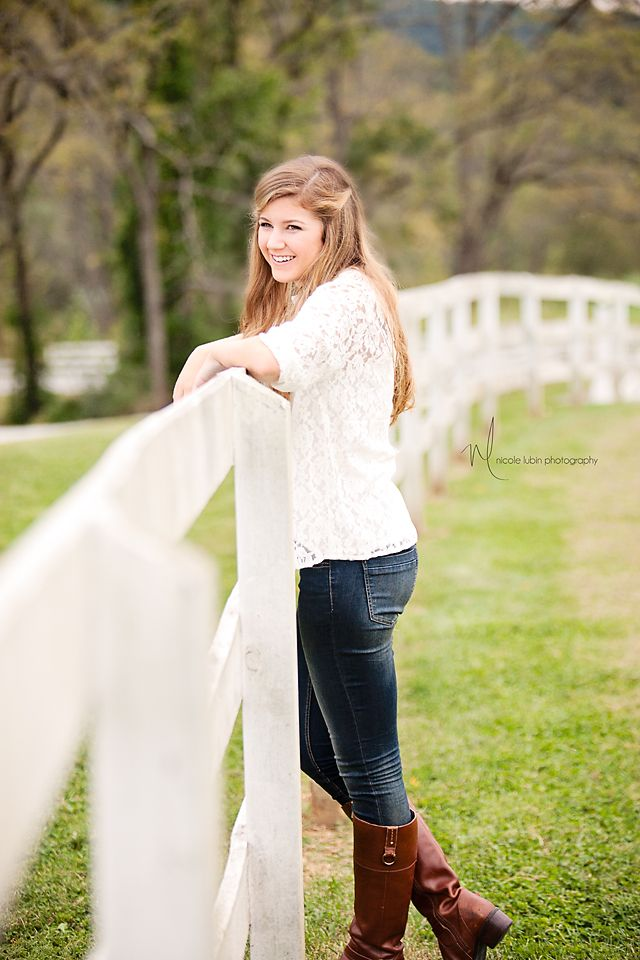 high school senior girl pose-leading lines with fence