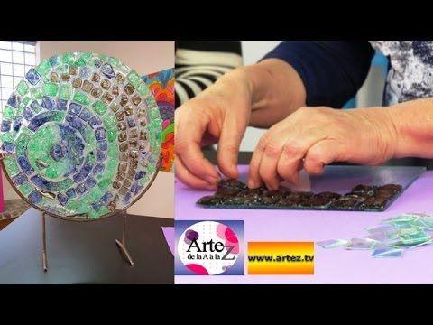 Mónica Godfroit vino al taller de ArteZ para enseñar cómo reciclar CDs y convertirlos en imitaciones de venecitas o pequeños azulejos o mosaicos de vitrofusi...