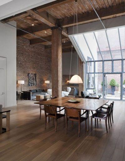 Woonkamer met hoge plafond