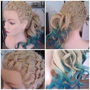 Hår kridt lavet som dip dye i to bål  nuancer. Håret er lavet med et flettet net, af håret fra for kanten og sat i en skrå hæstehale med krøller. #hår #hair #hairdresser #krøller #kvinde #model #curls #color #blond #blue #braid #net #opsætning #updo #rock #your #hair #randers #vestergade #5 #konfirmation #galla #fest #frisør #frisure #langt #blå