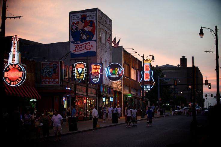 Get my 7 FREE basic photography tips - you NEED to know right here; http://pw5383.wixsite.com/free-photo-tips | Photographer Pernille Westh | Street View by Night, Memphis, Tennessee