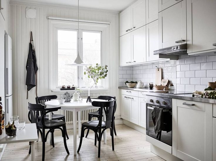 mesa blanca sillas negras