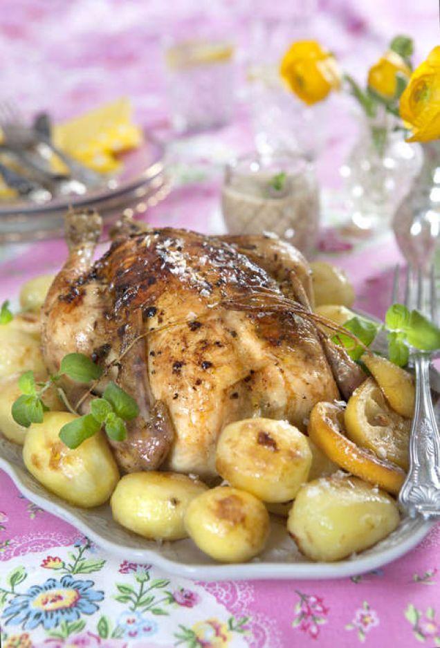 Kycklingen är smaksatt med smör, basilika, persilja, citron och vitlök.