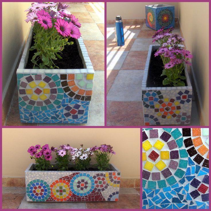 Maceta jardinera decorada con mosaiquismo, venecitas + azulejos. 60 cm de largo x 20 cm de alto