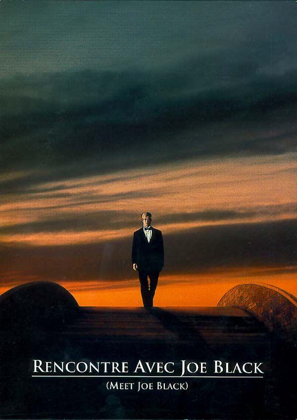 Rencontre avec Joe Black est un film de Martin Brest avec Brad Pitt, Anthony Hopkins. Synopsis : Une nuit le magnat William Parrish ressent une violente douleur tandis qu'une voix surgissant des ténèbres lui annonce sa mort prochaine.