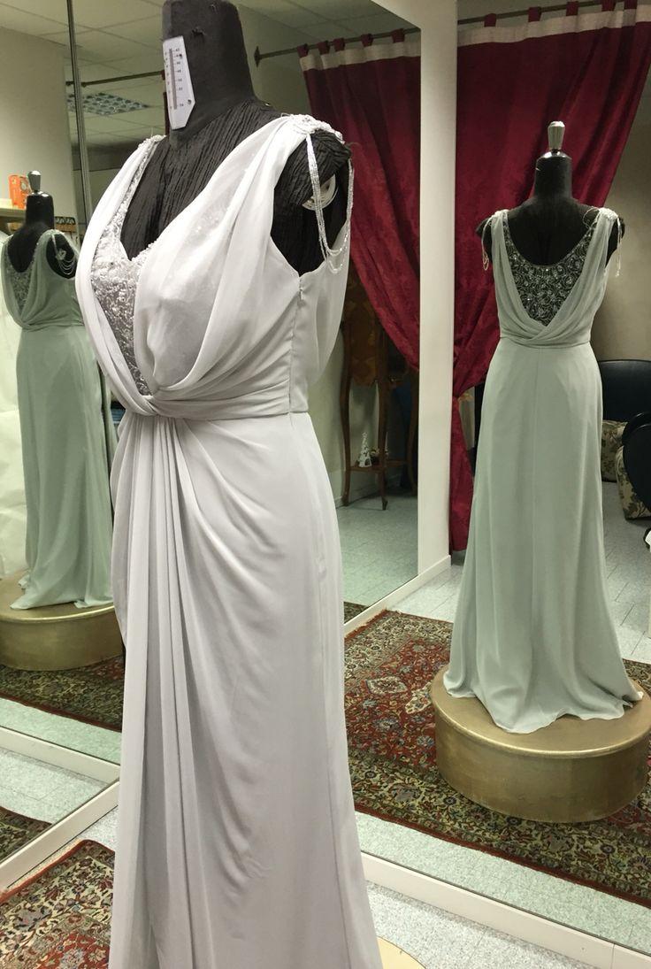 Vestito grigio perla di Rosa Clarà in chiffon e pizzo. Con schiena di pizzo trasparente, insolita catenella di perline che ricade sul braccio.