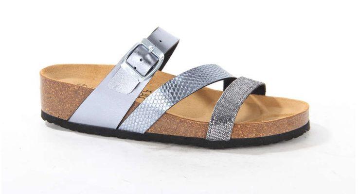 Stevige damesslipper met zilveren banden afgewerkt met een metallic coating. De slipper is van het merk Longo. #silver #metallic #slipper #longo #favourites