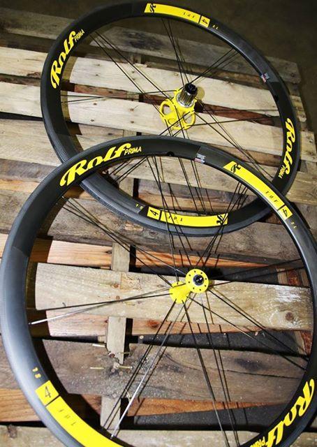 fantastiche queste ruote in carbonio di Rolf Prima. Celebrano il Tour De France nel migliore dei modi: prestazioni mozzafiato in soli 1165gr!!  #tourdefrance #rolfprima #updownbikes #carbonwheels