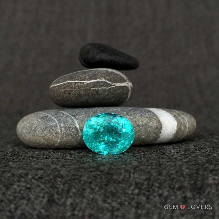 Если Вы охотник за экзотикой, редчайший камень турмалин Параиба - для Вас. Обратите внимание на этот лот: Параиба из Мозамбика в огранке овал. Представленный образец имеет выраженный неоновый голубой цвет и содержит небольшие включения - вуали. Примечательно, что масса голубого турмалина составляет более 5 карат. Этот экземпляр из Мозамбика украсит коллекцию драгоценностей или роскошное кольцо с бриллиантами, изготовление которого Вы можете заказать у команды ювелиров и дизайнеров Gem…